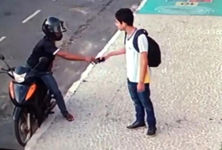 Estudante sendo assaltado
