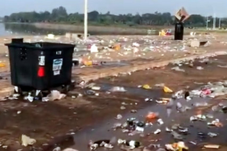 Lixo acumulado na via Lago