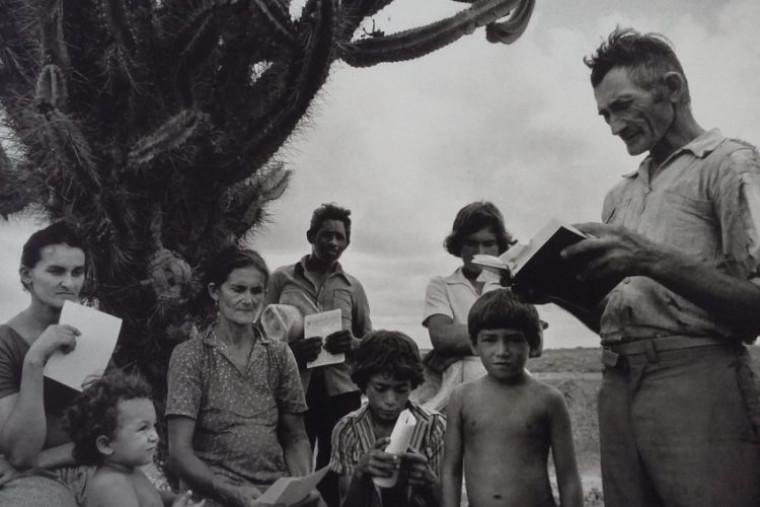 A obra possui 109 fotografias em preto e branco, tiradas entre 1980 e 1996