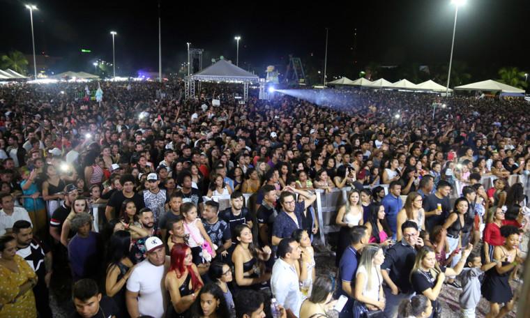 Segundo dados da Polícia Militar, mais de 50 mil pessoas marcaram presença na Praça dos Girassóis