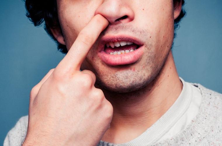 Médico especialista explica que o péssimo hábito deixa o órgão mais exposto a infecções