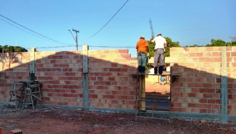 Outros detentos construindo muro