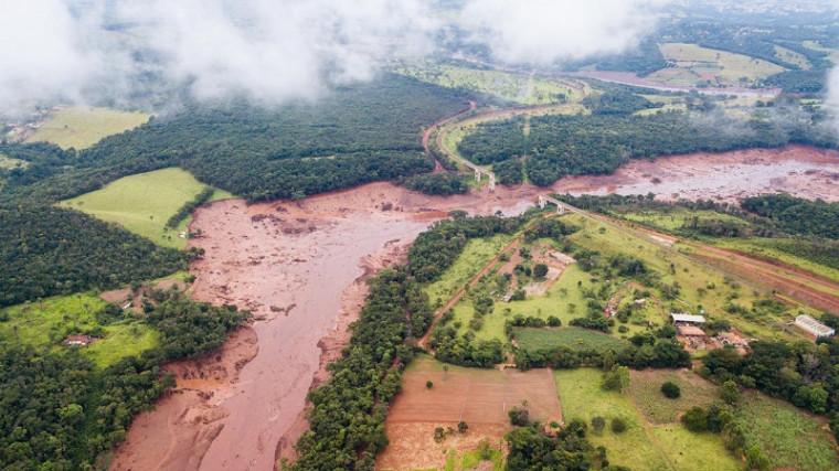 A barragem rompeu na última sexta (25) e a lama deixou um rastro de morte e destruição