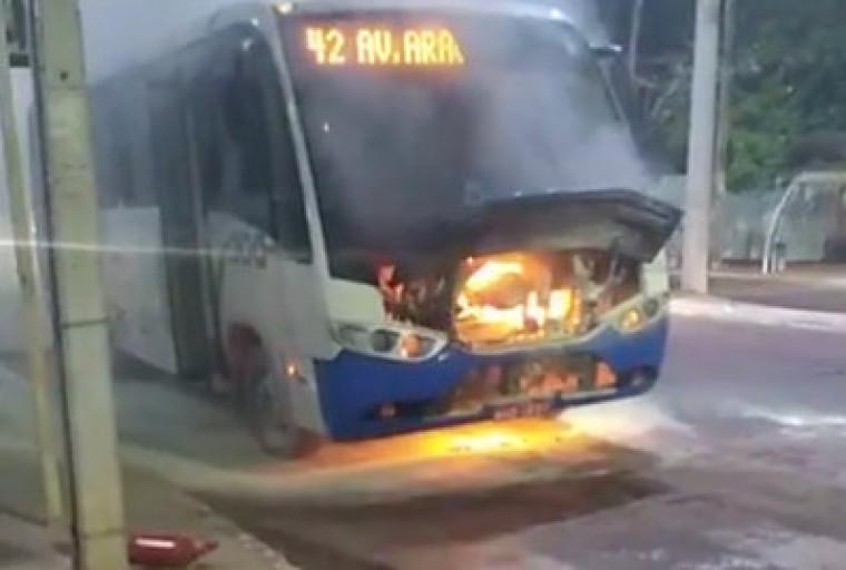 O motorista conseguiu combater as chamas até a chegada dos bombeiros