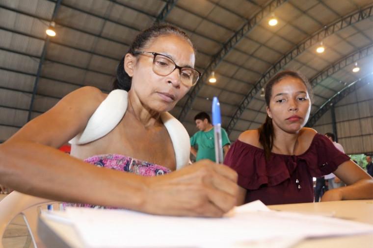 Os contratos estão sendo assinados na quadra do Bairro São João