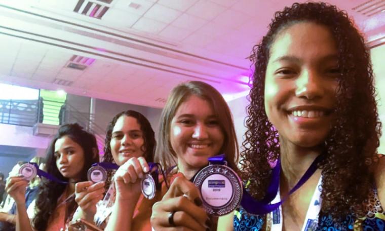 Estudantes com as medalhas