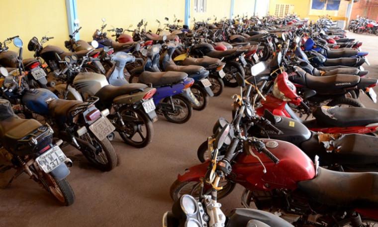 Há motos e carros