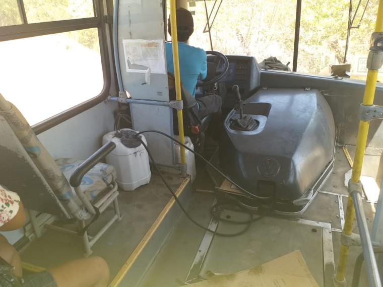 Gambiarra feita para abastecer o ônibus escolar