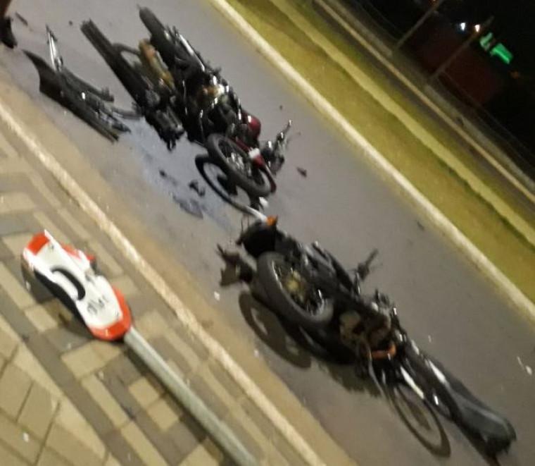 Motos caídas na pista