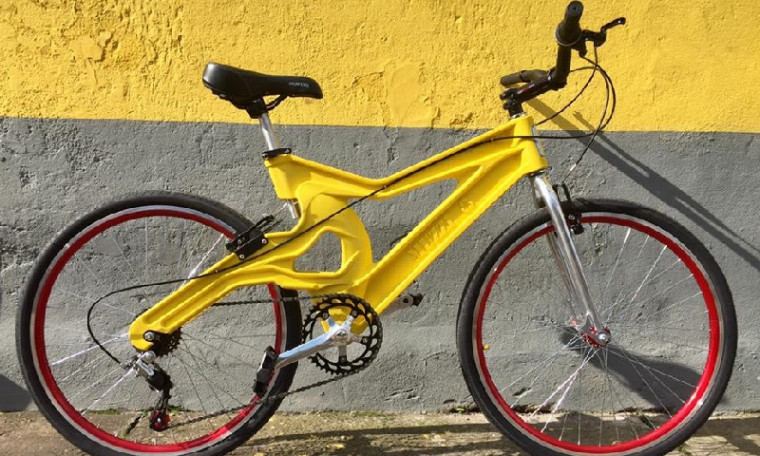 O quadro de plástico pesa entre 5 e 6kg e a bike está disponível nos aros 24, 26 e 29