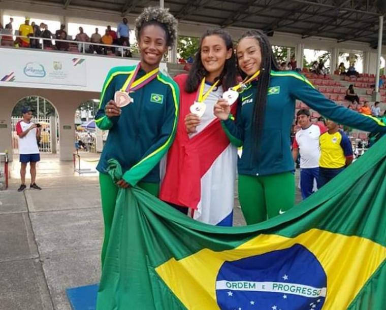 Paloma (à esquerda) e as demais medalhistas do heptatlo