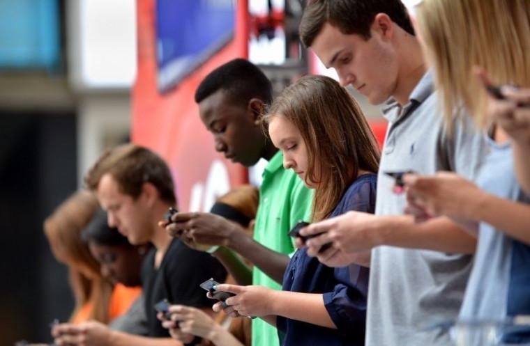Jovens usando o celular