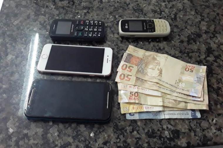 Celulares e dinheiro recuperados