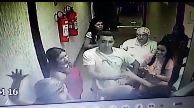 Homem quebrou agrediu a vítima violentamente com copo de cerveja
