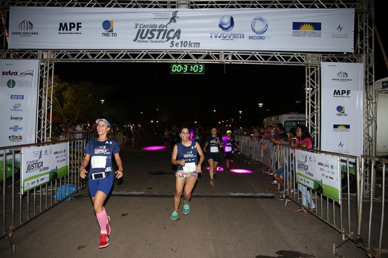 Os corredores se dividiram em dois trajetos (5 e 10 km)