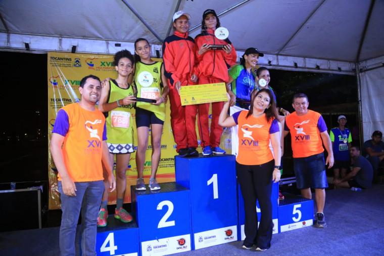 Secretária Adriana premia os atletas