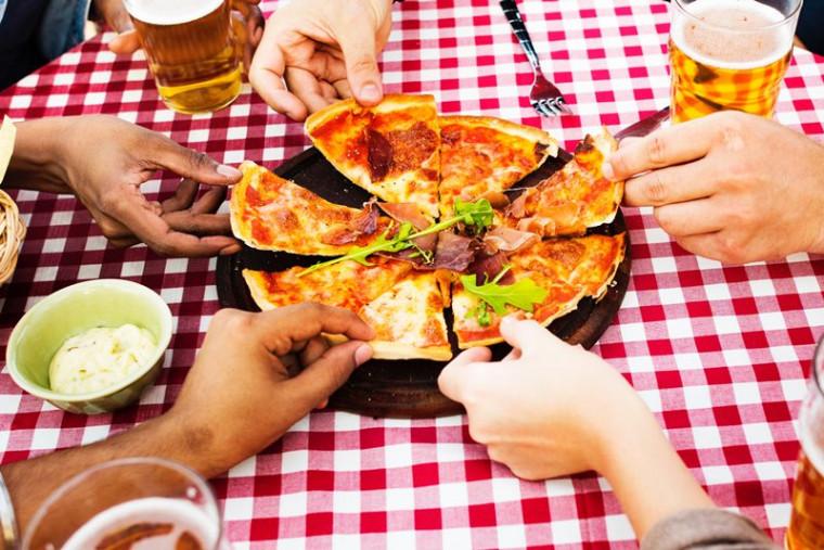Pizza sendo repartida