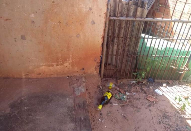 Frascos de bebidas perto de onde o corpo estava