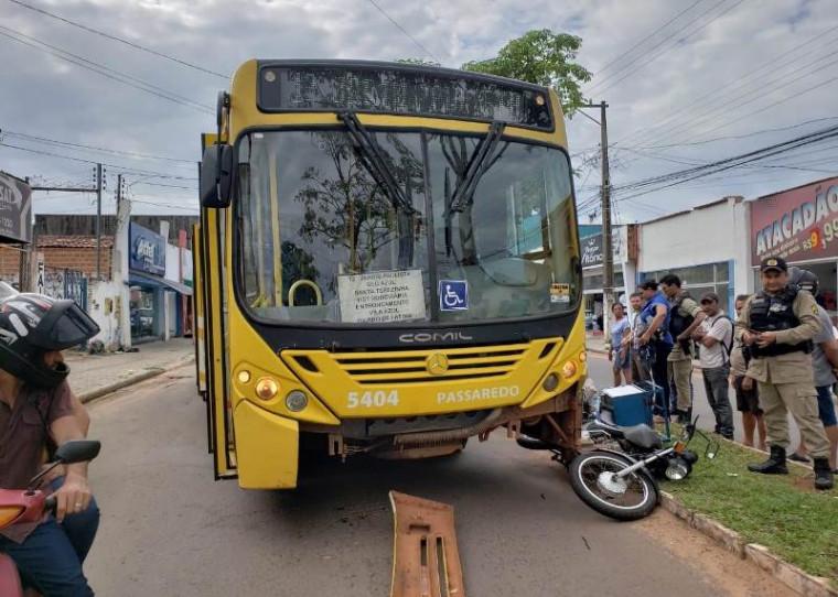 Colisão entre a moto e o ônibus