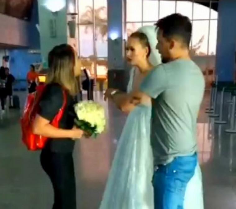No vídeo, uma amiga tenta convencer a noiva a não fugir com o suposto amante