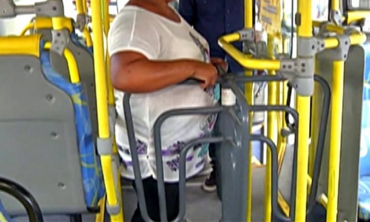 Mulher em catraca de ônibus