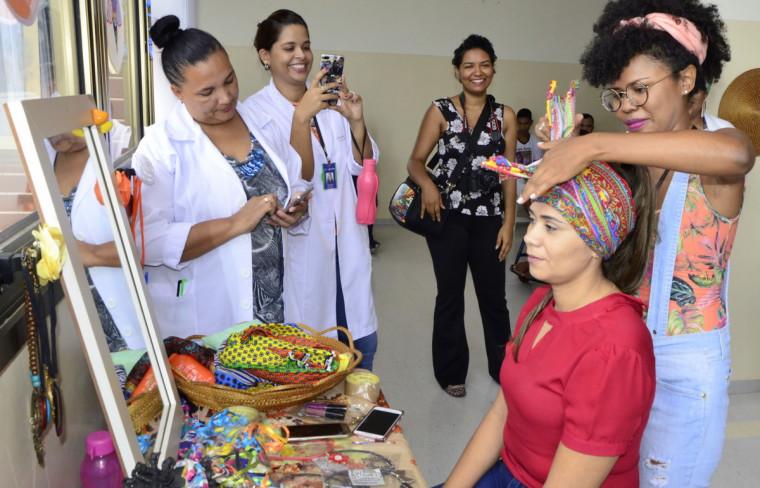 Pacientes, acompanhantes e funcionárias do HGP participaram da Oficina de Turbante