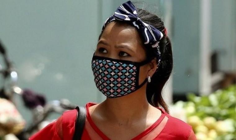 Mulher usando máscara