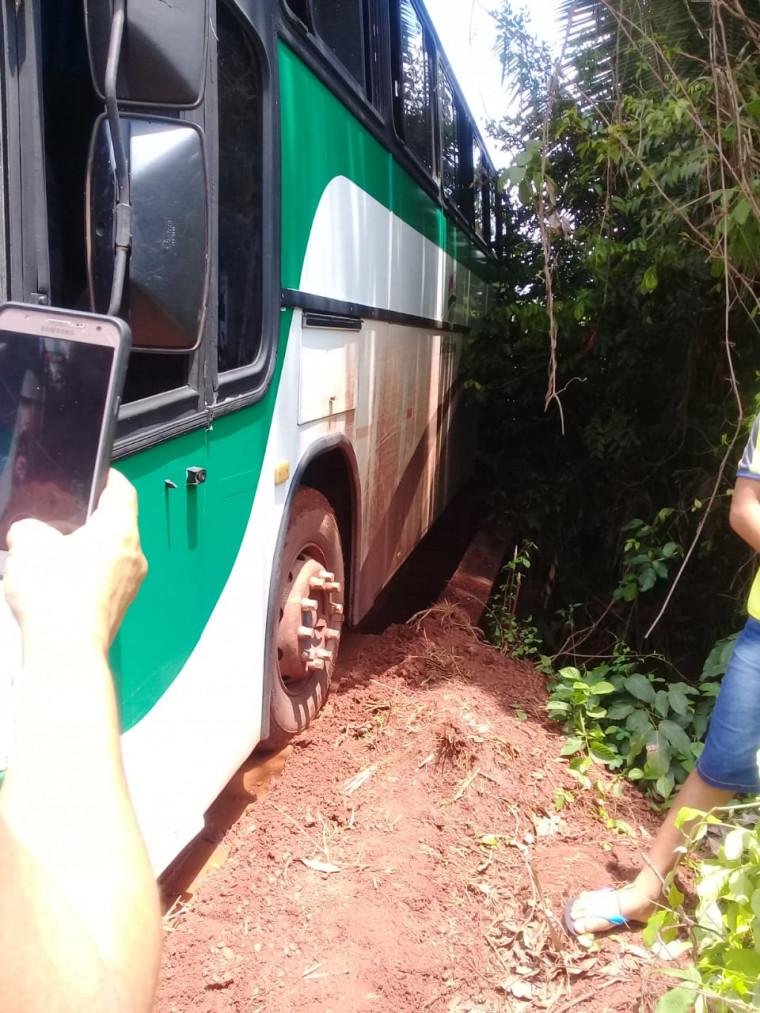 Cerca de 30 estudantes estavam dentro do ônibus