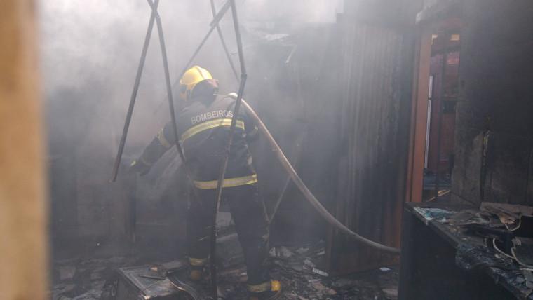 Equipe combatendo o incêndio