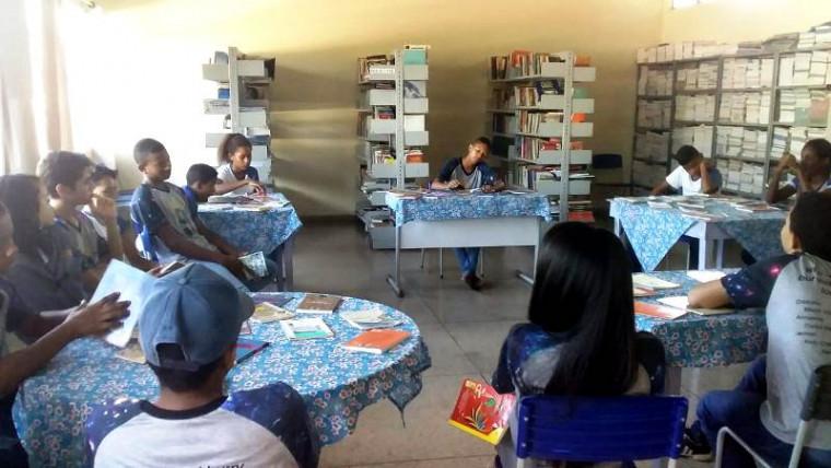 Estudantes em momento de leitura