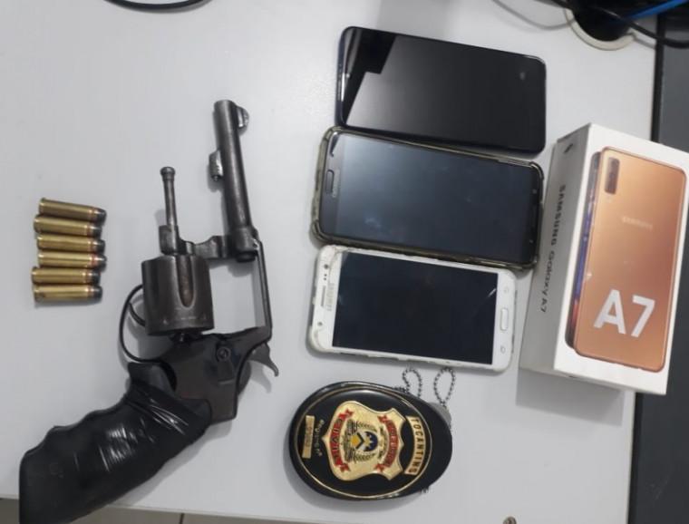 Celulares, arma e munição