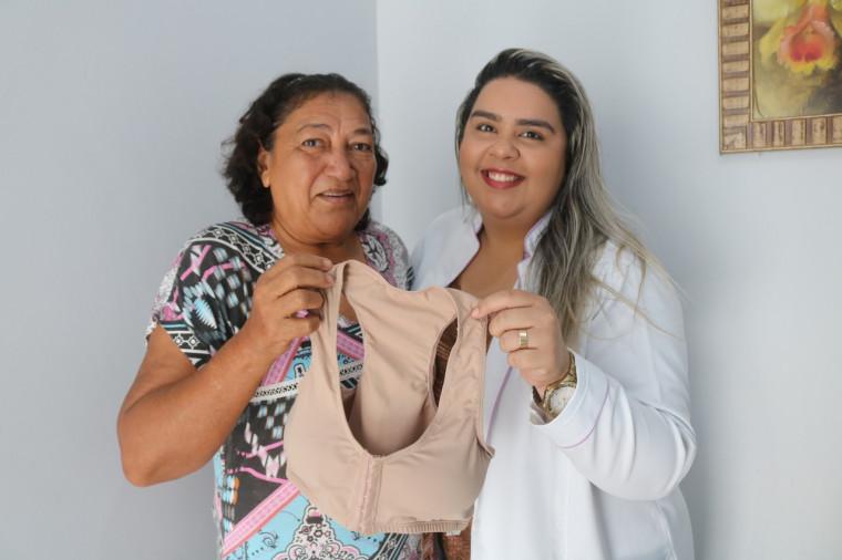 Paciente Maria Ana Alves da Silva recebendo o sutiã da assistente social Michelle Freitas