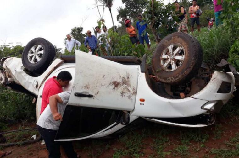 O veículo saiu da pista, capotou diversas vezes e parou com as rodas para cima