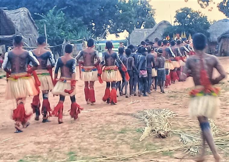 Homens percorrem a aldeia antes da festa principal