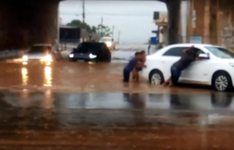 A chuva que começou na manhã dessa sexta-feira alagou diversas vias da capital e causou lentidão no trânsito