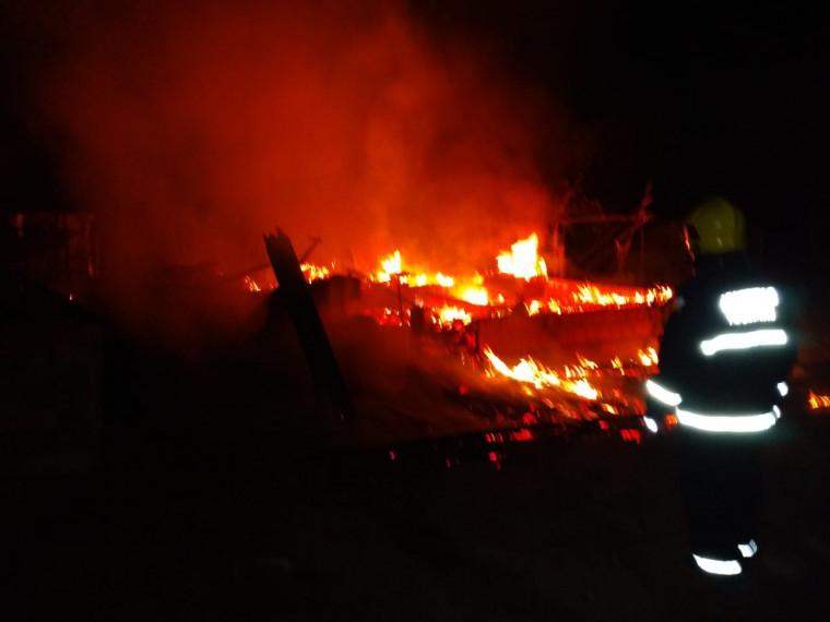 Corpo de Bombeiros realizando o combate às chamas