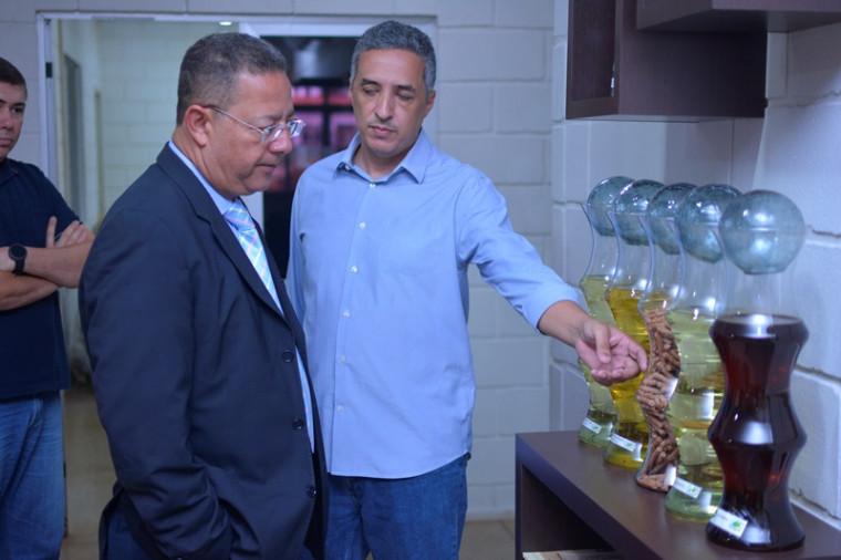 Marcelo Landa apresenta produtos produzidos pela unidade de Porto Nacional a Tom Lyra