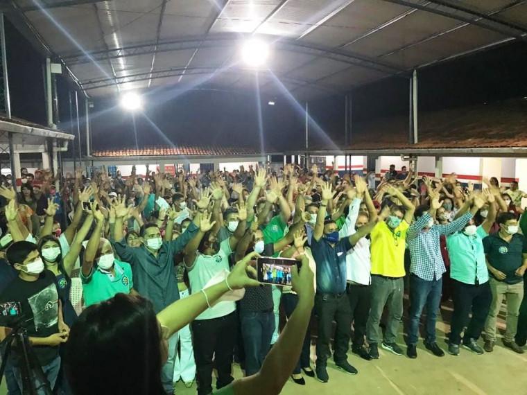 Centenas de pessoas durante a convenção do prefeito Gustavo Novato em Luzinópolis