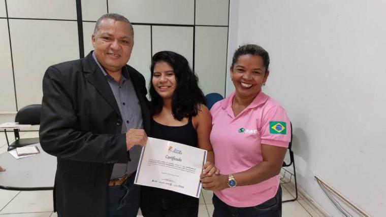 Aluna Sandy Gomes (no centro)