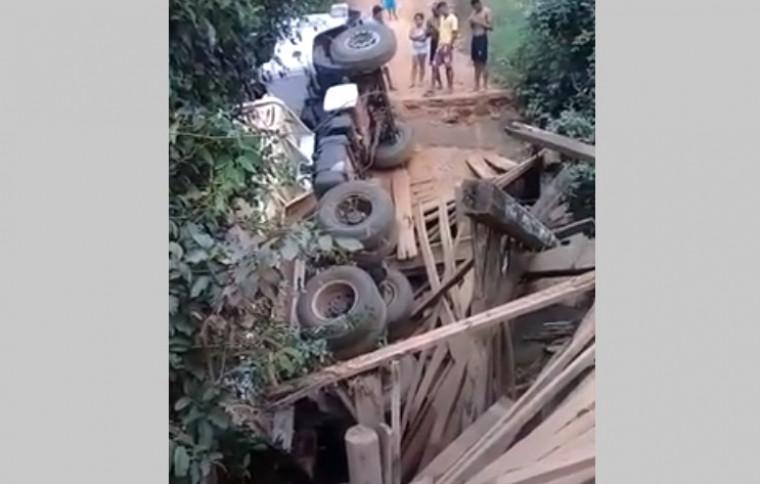 Caminhão tombado na ponte