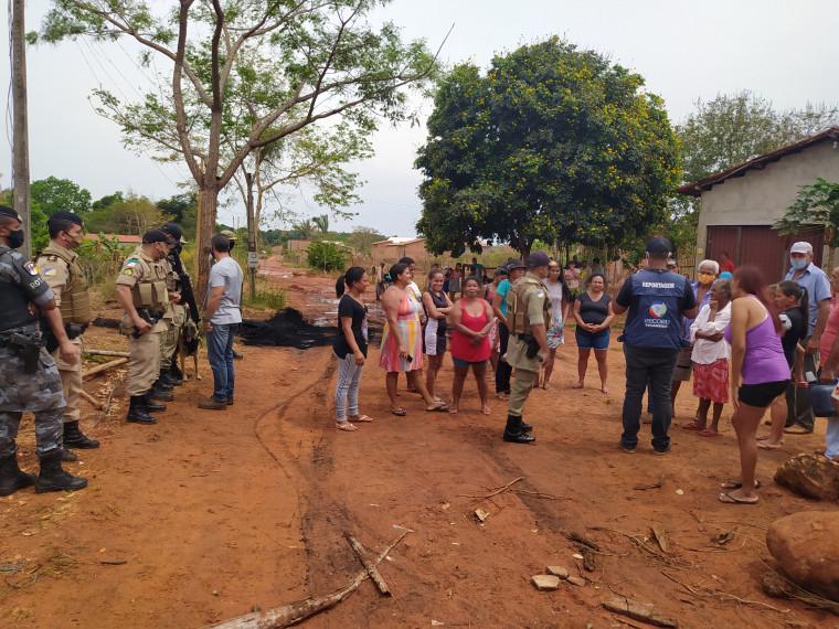 Polícia Militar foi acionada para dar apoio na retirada dos postes