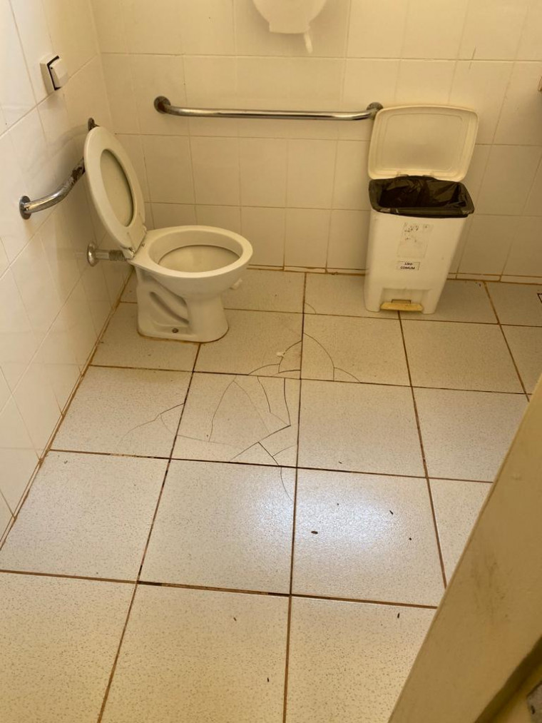 Banheiro sem porta em unidade de saúde