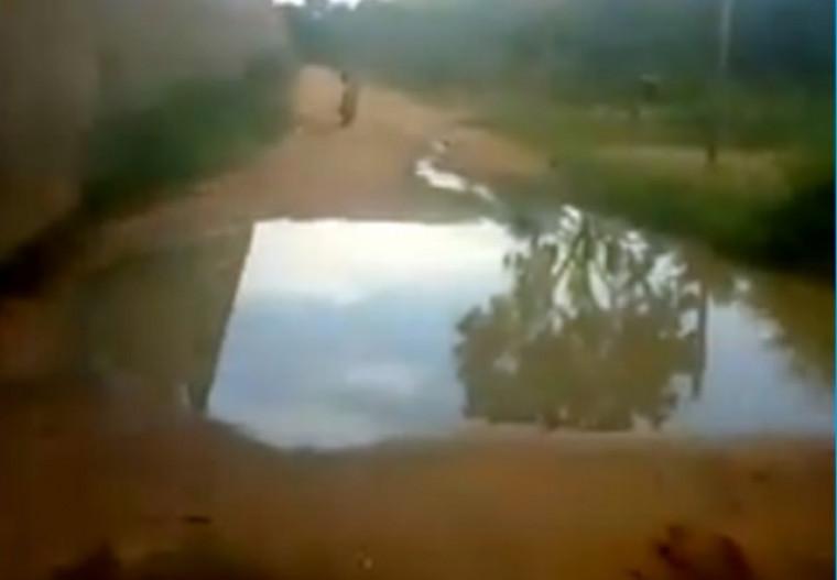 O esgoto é despejado sem tratamento em uma rua paralela ao Ceip
