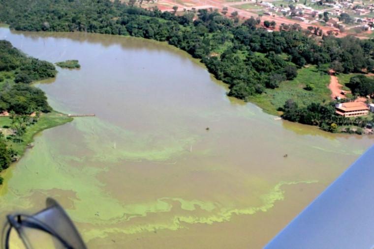 Vista aérea da poluição no Lago de Palmas