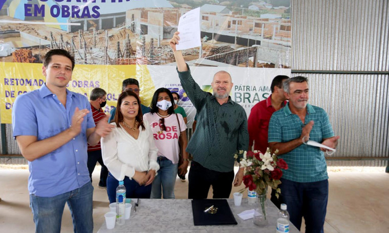 Governador Carlesse assinando a ordem de serviço em Araguatins
