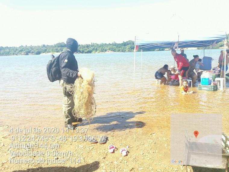 Agentes de fiscalização durante Operação Cota Zero nas margens do Rio Tocantins