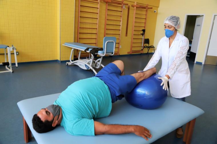 Paciente Romildo Pereira de Souza sentia dores e não conseguia nem dobrar a perna