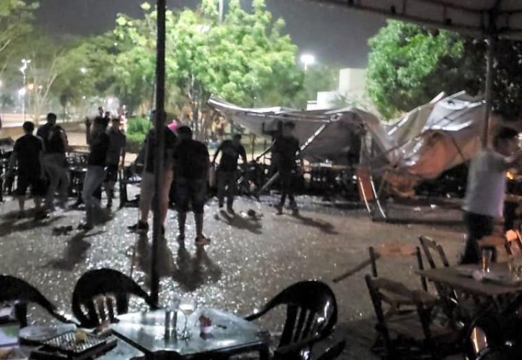 Três pessoas que estavam no bar na hora do vendaval ficaram feridas após a queda da tenda