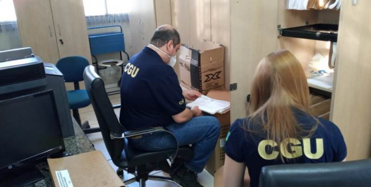 Técnicos da CGU analisam documentos