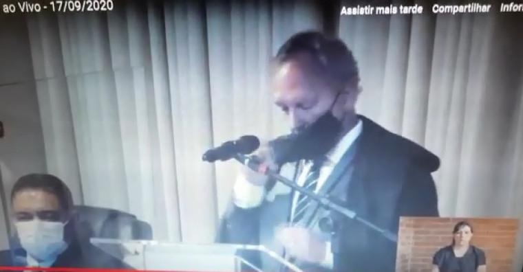 Novo desembargador Pedro Nelson tira máscara para fazer discurso de posse